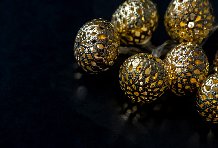 在黑暗的背景的金黄光诗歌选。圣诞装饰。选择性焦点