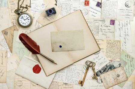 orologi antichi: Vecchie lettere scritte a mano cartoline. Libro aperto e strumenti d'epoca. Romantico sentimentale sfondo della carta