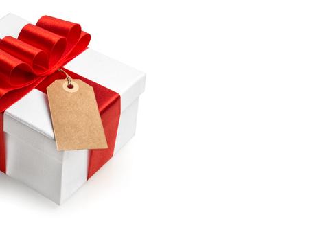 matrimonio feliz: Caja de regalo blanco con lazo de cinta roja y la etiqueta de aislados en fondo blanco. Concepto de la tarjeta de regalo Foto de archivo