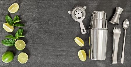 cocteles de frutas: Beber la fabricaci�n de herramientas e ingredientes para la cal y la menta c�ctel. Vista superior Foto de archivo
