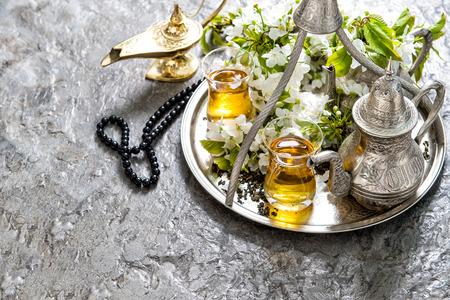 comida arabe: Decoración de fiesta islámica. Ramadan Kareem. vasos de té y crisol árabe, linterna y un rosario. concepto de hospitalidad oriental Foto de archivo