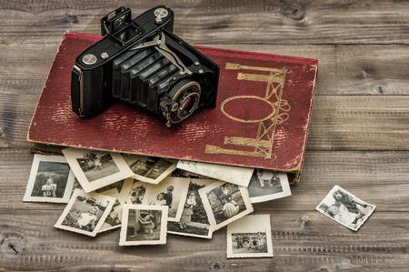 caméra Antique et album photo avec de vieilles photos sur la table en bois