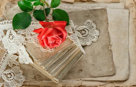 cartas antiguas: viejas cartas de amor y flor rosa roja. papeles envejecidos y encajes