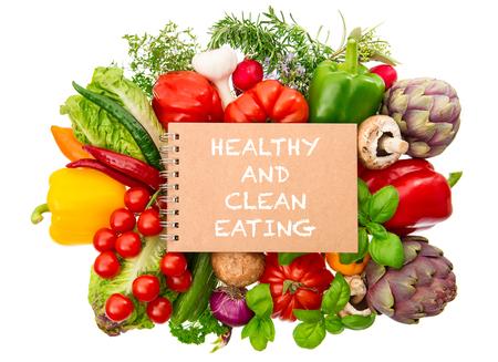 Notebook mit frischen Bio-Gemüse und Kräutern Nahaufnahme auf weißem Hintergrund. Gesunde und saubere Ernährung Konzept Standard-Bild