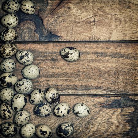 huevos codorniz: huevos de codorniz en el fondo de madera rústica. estilo vintage tonificado Foto de archivo