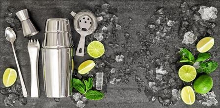 Drink het maken van gereedschappen en ingrediënten limoen, munt, ijs. Cocktail Mojito. Caipirinha Stockfoto - 53519484