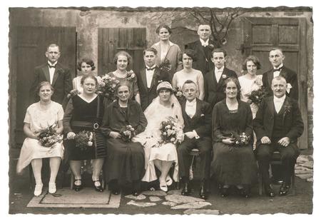 Berlin, Németország - CIRCA 1936: Régi családi esküvői fotó. Emberek viselt ruhái. Antik divat ruha Stock fotó