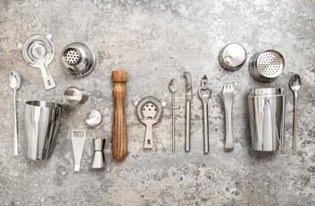 attrezzature barista per fare cocktail. Shaker, jigger, colino, cucchiaio. Prodotti alimentari e bevande concetto Archivio Fotografico