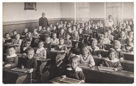 교실에서 아이들과 교사의 그룹입니다. 학교에서 친구들의 레트로 그림. 캘리포니아 1932에서 원본 필름 그레인, 흐림 및 흠집 빈티지 사진