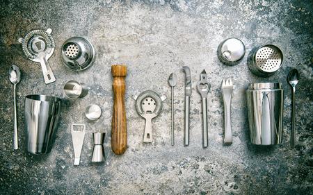 Herramientas de la barra para hacer cócteles. Agitador, aparejo, colador, cuchara. Vintage estilo foto entonada