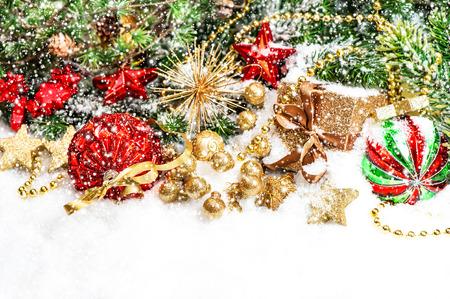 Kerstdecoraties Met Rood : Kerstdecoratie met rode ballen en gouden geschenkdoos op witte