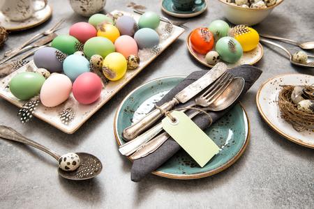 Pasen-stilleven. Feestelijke tabel couvert decoratie met gekleurde eieren