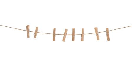 白い背景で隔離のペグと服のライン。ロープに洗濯はさみ