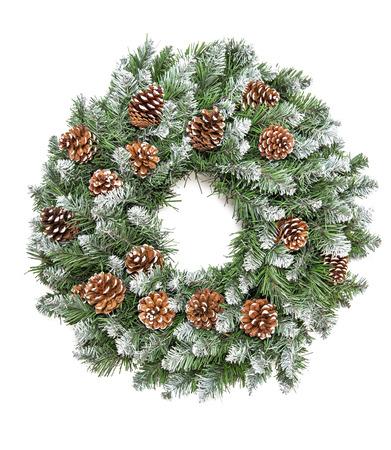 Guirnalda de pino perenne de decoración de Navidad con conos aislados sobre fondo blanco. Foto de archivo