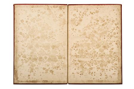 Livre ancien ouvert isolé sur fond blanc. Pages de papier avec des taches