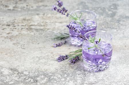 Lavendelgetränk. Sommer Tonik Limonade. Stillleben mit Kopierraum Standard-Bild