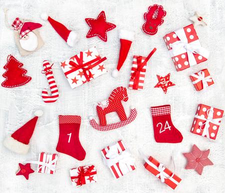 Confezioni regalo e ornamento della decorazione di Natale. Lay piatto