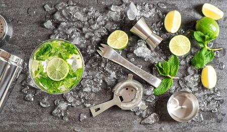 Barzubehör und Zutaten für Cocktailgetränk Limette, Minze, Eis. Alkoholische und alkoholfreie Kaltgetränke