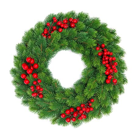 Świąteczna dekoracja wiecznie zielony wieniec z czerwonymi jagodami na białym tle