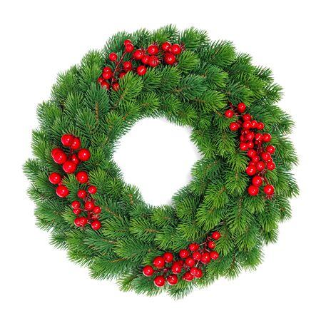 Decoración de Navidad corona de hoja perenne con frutos rojos aislado sobre fondo blanco.