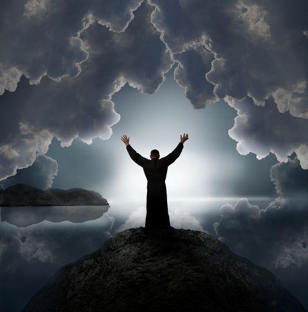 praising god: Hombre sosteniendo armas en elogio contra la puesta de sol