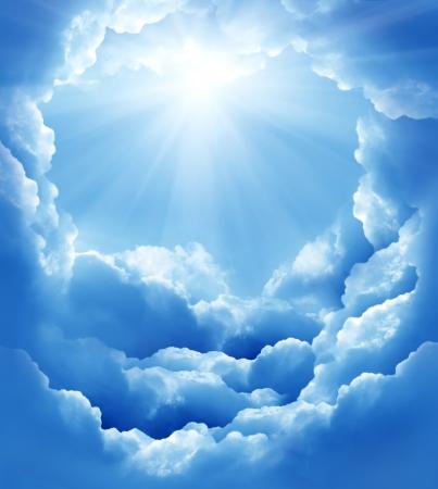 himlen: blå himmel med sol och vackra moln Stockfoto