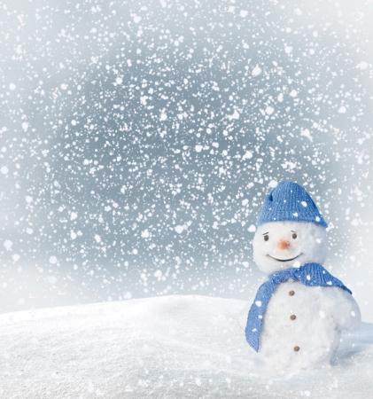 bosque con nieve: Tarjeta de felicitaci�n de Navidad con mu�eco de nieve Foto de archivo