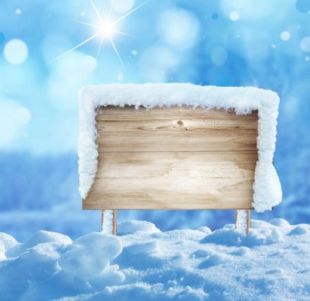 paysage hiver: panneau en bois dans la neige