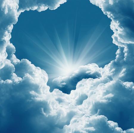 heaven: Nubes blancas hermosas y sol Foto de archivo