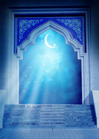 noche y luna: puerta de Ramadan Kareem background.Mosque con la luna creciente brillante