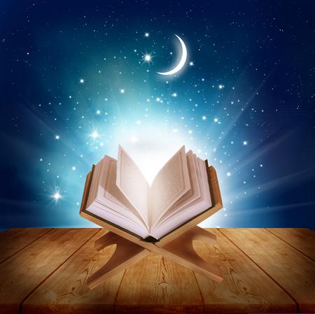 arabische letters: Ramadan Kareem background.Quran op een houten boek stand Stockfoto