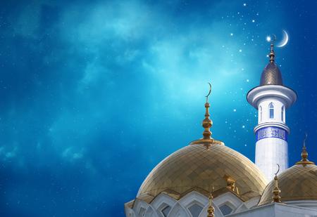 라마단 카림 배경입니다. 모스크의 상단에 초승달 스톡 콘텐츠