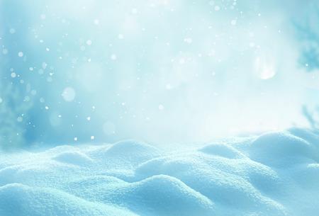 Fondo de invierno de Navidad con nieve y borrosa bokeh.Merry Navidad y tarjeta de felicitación de año nuevo feliz con el copia-espacio