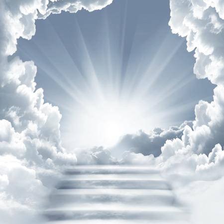 천국에 계단입니다. 하늘에 계단. 태양과 흰 구름 개념. 개념 종교 배경 스톡 콘텐츠 - 73250298