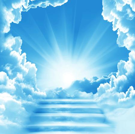 Trap naar de hemel. Trapjes in de lucht. Concept met zon en witte wolken. Concept Religie achtergrond