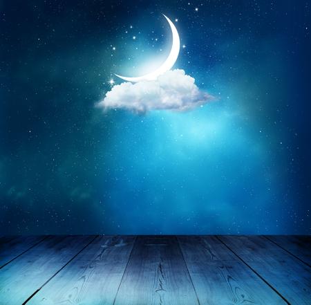 テーブルとラマダン カリームの背景。上弦の月と雲
