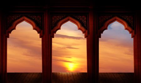 イスラム教徒 Holidays.Eid Ul 祭祭りお祝いのイスラム グリーティング イードムバラク カード。 モスクのアーチとラマダン カリームの背景。
