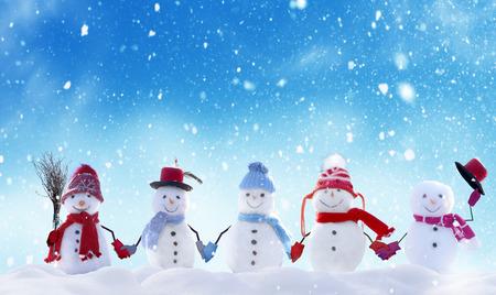 Joyeux Noël et bonne année carte de voeux avec copie-espace. Beaucoup de bonhommes de neige debout dans le paysage de Noël d'hiver. Fond d'hiver Banque d'images