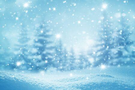 Winterhintergrund. Grußkarte der frohen Weihnachten und des guten Rutsch ins Neue Jahr mit Kopienraum. Weihnachtslandschaft mit Schnee und Tannen Standard-Bild
