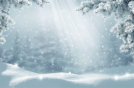 Frohe Weihnachten und ein glückliches neues Jahr Grußkarte. Winterlandschaft mit Schnee. Weihnachtshintergrund mit Tannenzweig