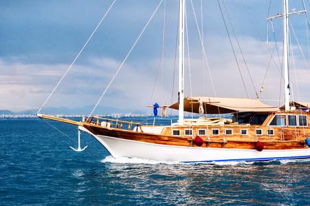 bateau de course: Vue de côté d'un bateau à passagers ou d'un yacht à voile