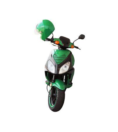 Vista frontale di scooter verde e casco isolato su sfondo bianco. Trasporto urbano Archivio Fotografico