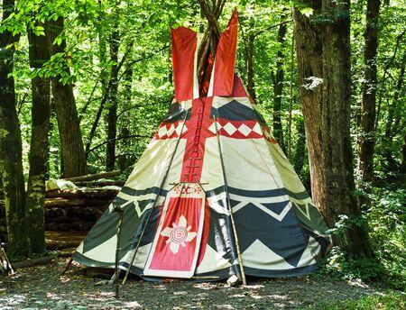 Wigwam au fond de la forêt. Habitation conique des Amérindiens