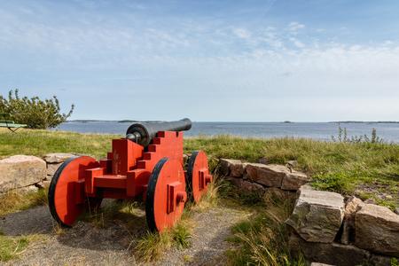 Odderoya、クリスチャンサン、ノルウェーの上に立っての大砲します。海、青い空を見る