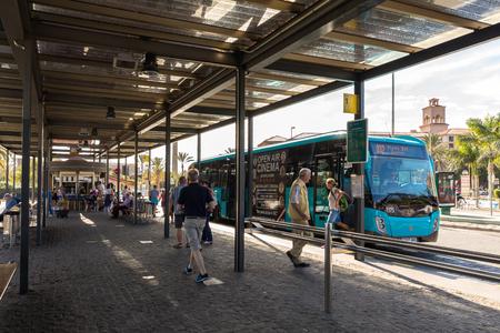 Maspalomas, Gran Canaria en Espagne - 11 décembre 2017: Autobus à la station de bus et de transport Faro de Maspalomas à Maspalomas.