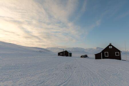 Alte Hütte in arktischer Landschaft bei Svalbard, Norwegen