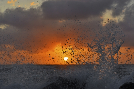 Splashes of high waves obscure the sun Stock Photo - 17078887
