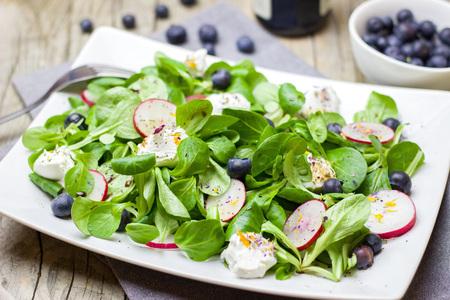 Gesunder Salat mit Radieschen