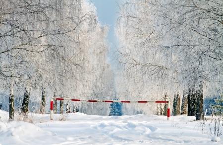 schlagbaum: Turnpike auf der Stra�e auf der Wintertag. Lizenzfreie Bilder