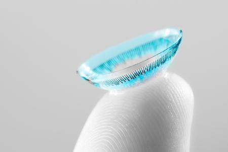 contact lens op vinger close up foto